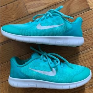 Girls Nike sneakers tennis shoes 4